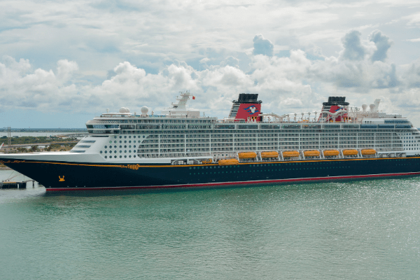 Can you wear jeans on a disney cruise ship